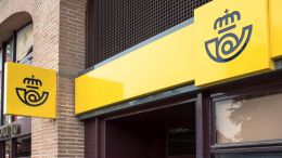 Nueva era: El Banco Santander ofrecerá servicios en las oficinas de Correos y anuncia el envío de dinero a domicilio