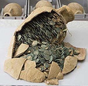 Descubiertas en Tomares, Sevilla, 19 ánforas con más de 600 kilos de monedas romanas bajoimperiales