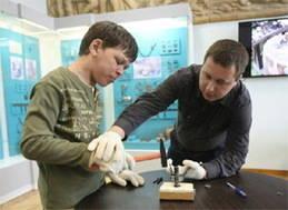 Una clase práctica de numismática para niños autistas en Ucrania