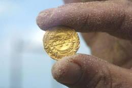 Más de 2.000 monedas de oro fatimidas en el fondo del puerto de Cesarea, Israel