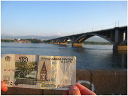 Monumento al billete de 10 rublos en la región rusa de Krasnoyarsk